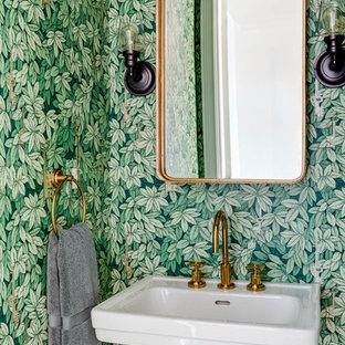 Imagen de aseo tradicional renovado con lavabo con pedestal y paredes verdes