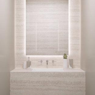 Пример оригинального дизайна: маленький туалет в современном стиле с бежевой плиткой, плиткой из травертина, бежевыми стенами, темным паркетным полом, монолитной раковиной, столешницей из травертина и коричневым полом