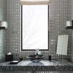 Aménagement d'un WC et toilettes contemporain de taille moyenne avec un mur gris, une vasque et un plan de toilette gris.