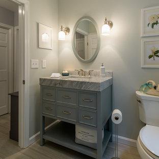 На фото: со средним бюджетом туалеты среднего размера в стиле кантри с столешницей из кварцита, серым полом, серой столешницей, фасадами островного типа, синими фасадами, раздельным унитазом, синими стенами, полом из винила и врезной раковиной