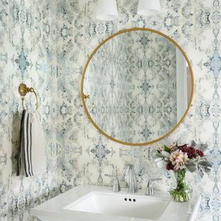 Imagen de aseo papel pintado, clásico renovado, de tamaño medio, papel pintado, con papel pintado, lavabo con pedestal y paredes azules
