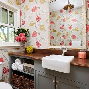 Идея дизайна: туалет в стиле кантри с серыми фасадами, раздельным унитазом, темным паркетным полом, накладной раковиной, коричневым полом, фасадами с утопленной филенкой и коричневой столешницей