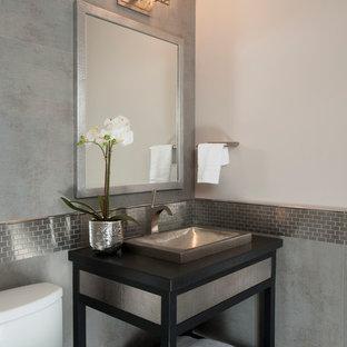 Неиссякаемый источник вдохновения для домашнего уюта: туалет в классическом стиле с накладной раковиной и серой плиткой
