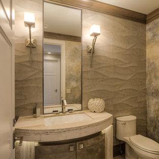 Foto på ett mellanstort funkis toalett, med möbel-liknande, skåp i slitet trä, en toalettstol med hel cisternkåpa, beige kakel, stenkakel, beige väggar, ett undermonterad handfat och bänkskiva i travertin