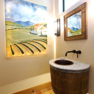 Esempio di un bagno di servizio country di medie dimensioni con pareti bianche, top in marmo, pavimento marrone, top bianco, ante in legno bruno e lavabo da incasso