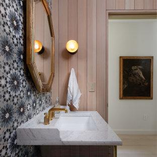 Immagine di un bagno di servizio contemporaneo con consolle stile comò, ante marroni, piastrelle multicolore, piastrelle a mosaico, pareti marroni, pavimento con piastrelle a mosaico, lavabo sottopiano, pavimento multicolore e top bianco