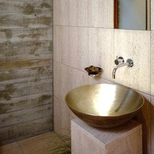 Cette photo montre un WC et toilettes tendance avec du carrelage en travertin.