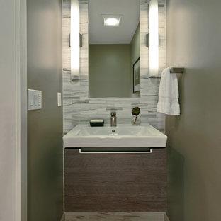 Идея дизайна: маленький туалет в стиле ретро с столешницей из кварцита, зеленой плиткой, керамогранитной плиткой, зелеными стенами, паркетным полом среднего тона, подвесной раковиной и коричневым полом