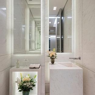 Bild på ett litet funkis badrum, med öppna hyllor, stenhäll, vita väggar, ett integrerad handfat och vitt golv