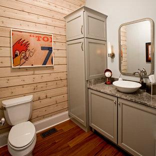 Esempio di un bagno di servizio tradizionale di medie dimensioni con ante con riquadro incassato, ante grigie, WC a due pezzi, pareti blu, pavimento in legno massello medio, lavabo a bacinella, top in marmo, piastrelle grigie, pavimento marrone e top grigio