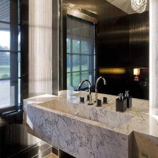 Неиссякаемый источник вдохновения для домашнего уюта: туалет среднего размера в современном стиле с раковиной с несколькими смесителями, мраморной столешницей, черными стенами и темным паркетным полом