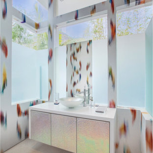 Пример оригинального дизайна: большой туалет в современном стиле с разноцветными стенами, полом из травертина, плоскими фасадами, бежевыми фасадами, накладной раковиной и столешницей из искусственного кварца