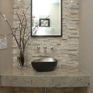 Aménagement d'un petit WC et toilettes classique avec une vasque, un carrelage de pierre, un mur beige et un plan de toilette en granite.