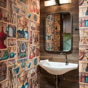 他の地域のラスティックスタイルのおしゃれなトイレ・洗面所 (マルチカラーの壁、壁付け型シンク) の写真