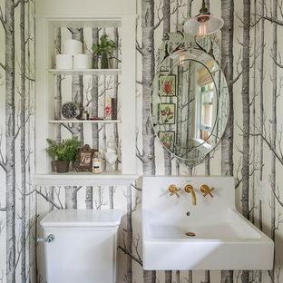 Immagine di un bagno di servizio classico con WC a due pezzi, pareti multicolore, pavimento in legno massello medio, lavabo sospeso e pavimento marrone