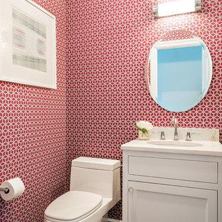 ニューヨークのトランジショナルスタイルのおしゃれなトイレ・洗面所 (シェーカースタイル扉のキャビネット、白いキャビネット、濃色無垢フローリング、茶色い床、赤い壁) の写真