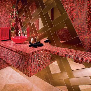 Ispirazione per un bagno di servizio minimal di medie dimensioni con lavabo a bacinella, ante rosse, top piastrellato, WC sospeso, piastrelle rosse, pareti rosse, pavimento in travertino e piastrelle a mosaico