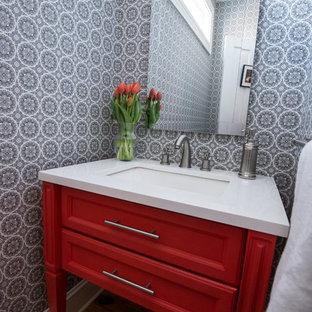 ボルチモアの小さいコンテンポラリースタイルのおしゃれなトイレ・洗面所 (アンダーカウンター洗面器、赤いキャビネット、珪岩の洗面台、無垢フローリング、落し込みパネル扉のキャビネット) の写真