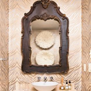 Foto di un bagno di servizio rustico con lavabo a bacinella, ante in legno bruno, top in travertino, pareti beige e top beige