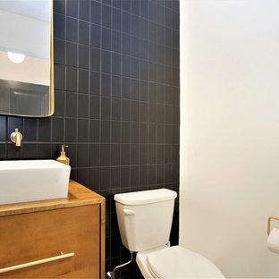 Idées déco pour un petit WC et toilettes scandinave avec un placard à porte plane, des portes de placard en bois brun, un WC séparé, un carrelage noir, des carreaux de céramique, un mur rouge, une vasque, un plan de toilette en bois et un plan de toilette marron.