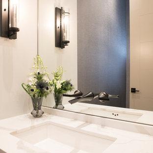 Esempio di un bagno di servizio classico di medie dimensioni con ante lisce, ante grigie, WC a due pezzi, pistrelle in bianco e nero, pareti grigie, pavimento in gres porcellanato, lavabo sottopiano, top in quarzite, pavimento grigio e top bianco