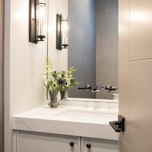 Ispirazione per un bagno di servizio tradizionale di medie dimensioni con ante lisce, ante grigie, WC a due pezzi, pistrelle in bianco e nero, pareti grigie, pavimento in gres porcellanato, lavabo sottopiano, top in quarzite, pavimento grigio e top bianco