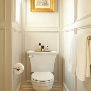 На фото: маленькие туалеты в классическом стиле с раздельным унитазом, белыми стенами и паркетным полом среднего тона