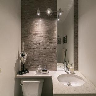 Пример оригинального дизайна: маленький туалет в стиле модернизм с врезной раковиной, столешницей из искусственного кварца, бежевой плиткой, белыми стенами, раздельным унитазом и удлиненной плиткой