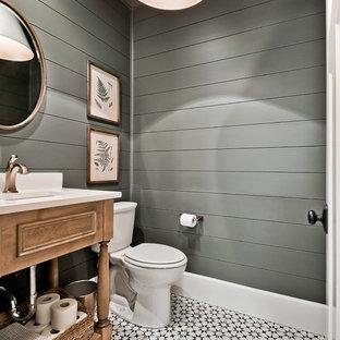 Imagen de aseo de estilo de casa de campo, grande, con armarios tipo mueble, sanitario de dos piezas, lavabo bajoencimera, encimera de cuarzo compacto, encimeras blancas, puertas de armario de madera oscura, paredes grises y suelo multicolor