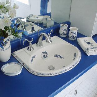 Foto de aseo asiático, grande, con armarios con paneles lisos, puertas de armario blancas, paredes blancas, suelo con mosaicos de baldosas, lavabo encastrado, encimera de laminado y encimeras azules