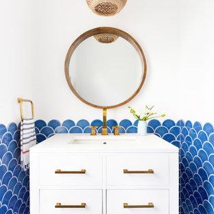 Неиссякаемый источник вдохновения для домашнего уюта: туалет среднего размера в морском стиле с белыми фасадами, синей плиткой, керамической плиткой, белыми стенами, полом из керамической плитки, синим полом, белой столешницей и плоскими фасадами