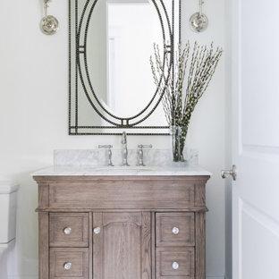 Свежая идея для дизайна: туалет среднего размера в морском стиле с фасадами с утопленной филенкой, светлыми деревянными фасадами, унитазом-моноблоком, белыми стенами, полом из керамогранита, врезной раковиной, серым полом, серой столешницей и встроенной тумбой - отличное фото интерьера