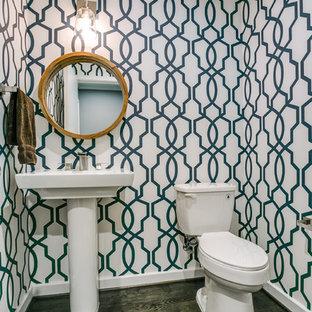 Immagine di un piccolo bagno di servizio tradizionale con WC a due pezzi, pareti multicolore, parquet scuro e lavabo a colonna