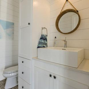 Ispirazione per un bagno di servizio stile marino con ante in stile shaker, ante bianche, WC a due pezzi, pavimento in mattoni, lavabo a bacinella, top in quarzo composito e top bianco