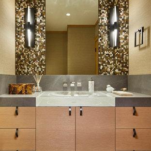 Exempel på ett klassiskt grå grått toalett, med släta luckor, skåp i ljust trä, flerfärgad kakel, mosaik, beige väggar, klinkergolv i terrakotta, ett integrerad handfat och svart golv