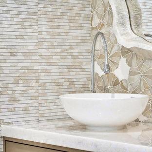 Mittelgroße Moderne Gästetoilette mit flächenbündigen Schrankfronten, beigen Schränken, Toilette mit Aufsatzspülkasten, beigefarbenen Fliesen, Schieferfliesen, beiger Wandfarbe, hellem Holzboden, Aufsatzwaschbecken, Marmor-Waschbecken/Waschtisch, beigem Boden, weißer Waschtischplatte, schwebendem Waschtisch und Tapetenwänden in Miami