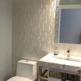 Новый формат декора квартиры: маленький туалет в стиле модернизм с открытыми фасадами, унитазом-моноблоком, серыми стенами, раковиной с пьедесталом и мраморной столешницей