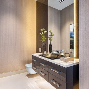 Große Moderne Gästetoilette mit flächenbündigen Schrankfronten, grauen Schränken, Wandtoilette, Marmorboden, Onyx-Waschbecken/Waschtisch, weißem Boden, beiger Wandfarbe und weißer Waschtischplatte in Miami