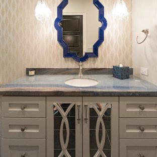 Пример оригинального дизайна: туалет среднего размера в современном стиле с стеклянными фасадами, бежевыми фасадами, бежевыми стенами, врезной раковиной, столешницей из кварцита и разноцветной столешницей