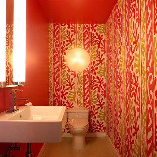 Неиссякаемый источник вдохновения для домашнего уюта: маленький туалет в стиле фьюжн с подвесной раковиной, открытыми фасадами, белыми фасадами, унитазом-моноблоком, бежевой плиткой, цементной плиткой, белыми стенами и полом из керамической плитки