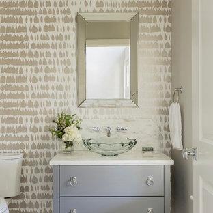 Inspiration pour un WC et toilettes traditionnel avec un placard à porte plane, des portes de placard grises, un WC séparé, un mur multicolore, un sol en bois peint, une vasque et un sol gris.