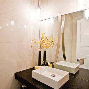 Inspiration pour un grand WC et toilettes design avec un placard sans porte, des portes de placard noires, un WC suspendu, un carrelage beige, du carrelage en travertin, un mur beige, un sol en bois brun, une vasque, un plan de toilette en quartz modifié et un sol marron.