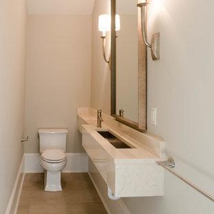 Réalisation d'un petit WC et toilettes tradition avec un mur gris, un sol en carrelage de porcelaine, une grande vasque et un plan de toilette en marbre.