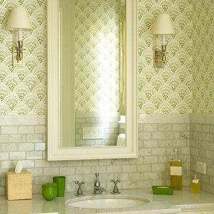 ロサンゼルスのトラディショナルスタイルのおしゃれなトイレ・洗面所 (落し込みパネル扉のキャビネット、白いキャビネット、グレーのタイル、大理石タイル) の写真