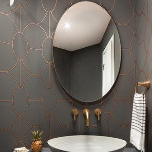 Idee per un bagno di servizio moderno con pareti grigie, pavimento in legno massello medio, lavabo a bacinella, top in cemento, pavimento marrone e top grigio