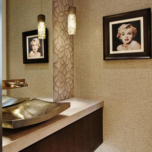 Idées déco pour un WC et toilettes contemporain avec un placard à porte plane, des portes de placard en bois sombre, un mur beige et une vasque.