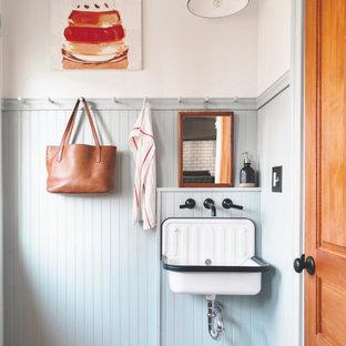 Cette image montre un WC et toilettes traditionnel avec un sol en carreaux de ciment, un lavabo suspendu et un sol bleu.