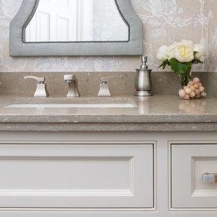 Idee per un piccolo bagno di servizio chic con ante in stile shaker, ante bianche, WC monopezzo, parquet scuro, lavabo sottopiano e top in pietra calcarea
