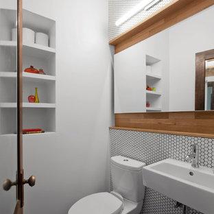 Immagine di un bagno di servizio tradizionale di medie dimensioni con WC a due pezzi, piastrelle bianche, piastrelle a mosaico, pareti bianche, pavimento in gres porcellanato, lavabo sospeso e pavimento marrone