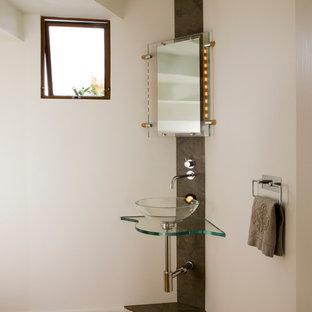 Новый формат декора квартиры: туалет в современном стиле с настольной раковиной и стеклянной столешницей